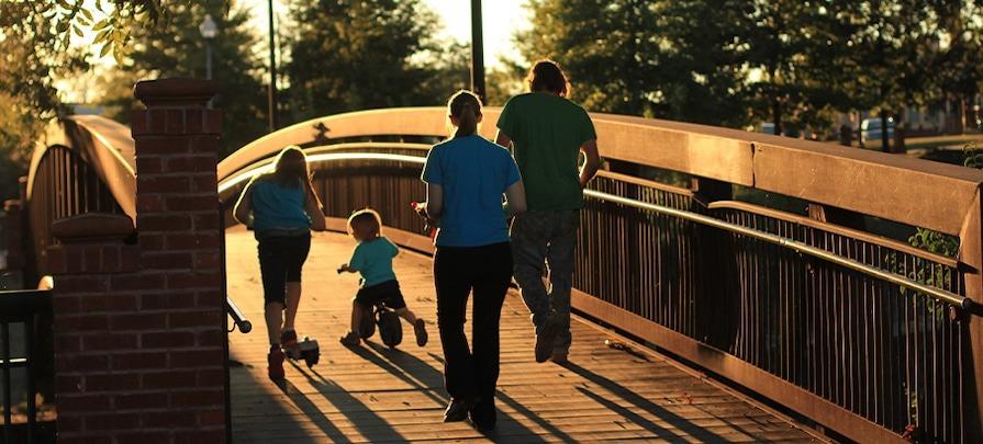 famille sur un pont