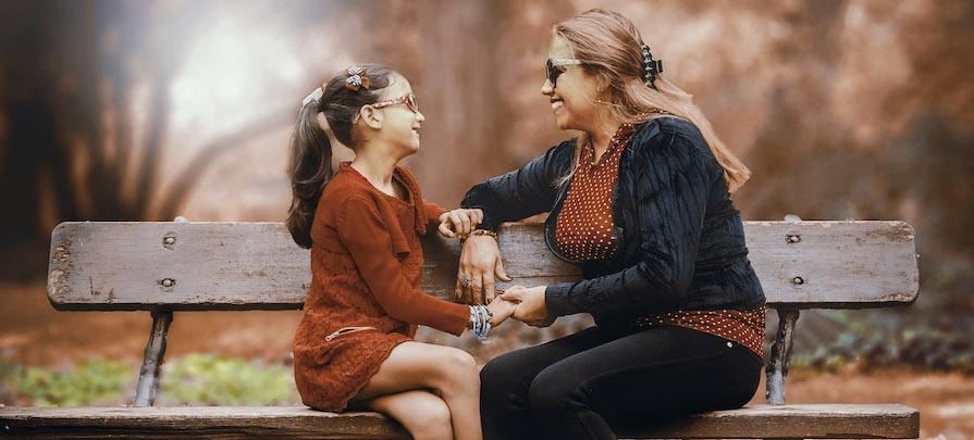 mere et fille sur un banc