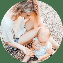 femme qui embrasse son enfant